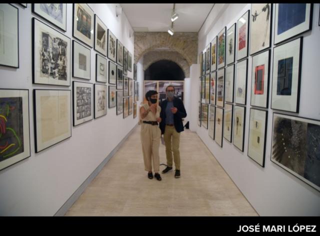 Ainara Martín, comisaría de la exposición, y Javier Balda Director Galería Altxerri.
